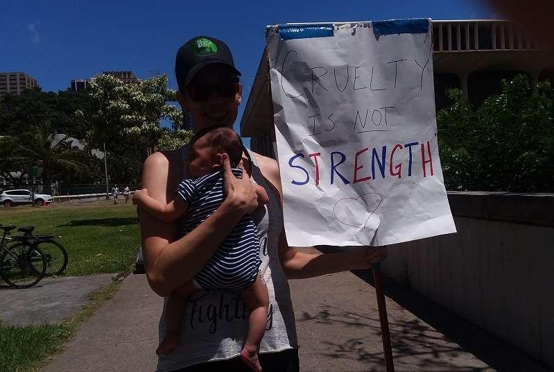 襁褓中兩個月的嬰孩大概是這場活動中最年輕的抗議者。(夏威夷日報提供)