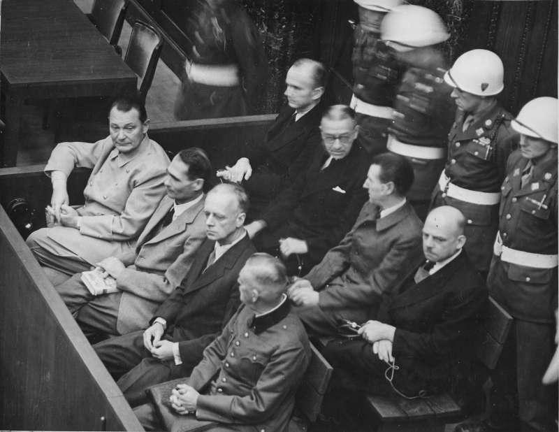 紐倫堡審判中(從左向右)的戈林、赫斯、里賓特洛甫、凱特爾,後排:鄧尼茨、雷德爾、席拉赫、紹克爾。(取自維基百科公有領域)