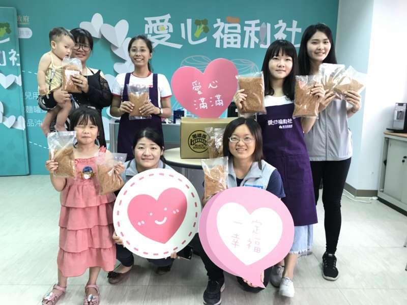 20180702-民眾持愛心福利卡至愛心福利社兌換物資。(新竹市政府社會處提供)