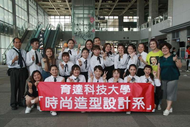 育達科技大學時尚系學生組成的「舞蹈表演團」在高鐵站進行快閃表演。(圖/育達科大提供)