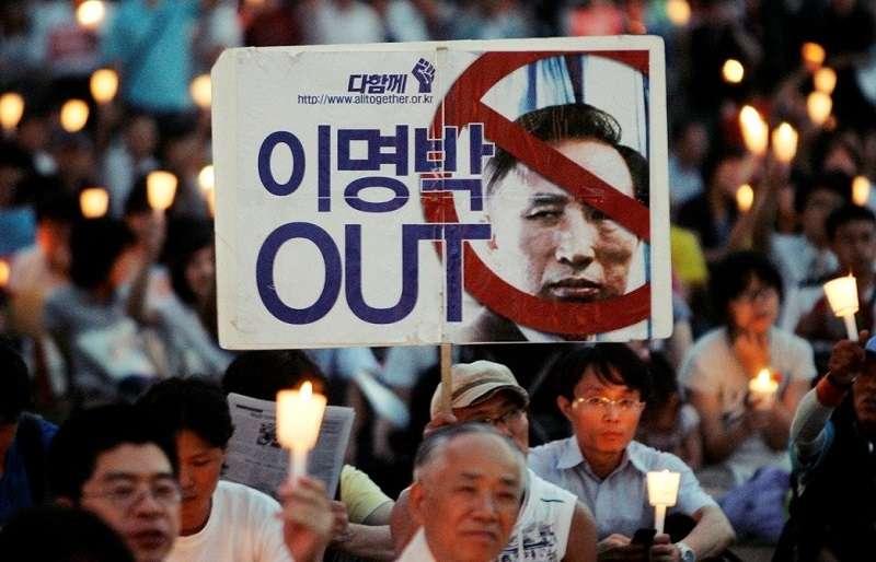 MBC的報導引發大規模燭光集會倒李明博。(美聯社)