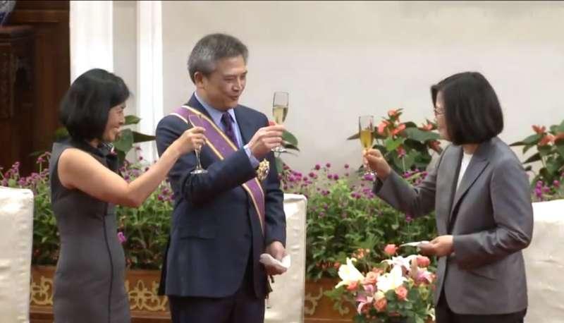 美國在台協會(American Institute in Taiwan,AIT)處長梅健華(Kin Moy)即將卸任,總統蔡英文今(3)日頒授梅健華「大綬景星勳章」,表彰他對台美關係的貢獻。(取自總統府官網)