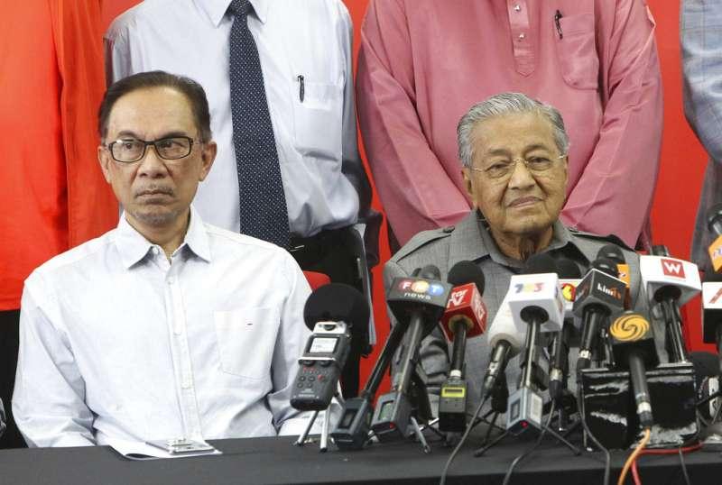 馬來西亞總理馬哈地(右)與安華。(美聯社)