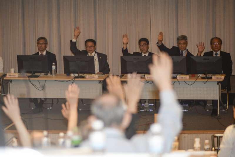 2018070-中研院第33次院士會議綜合議案討論,針對大學校長一案進行表決。(甘岱民攝)