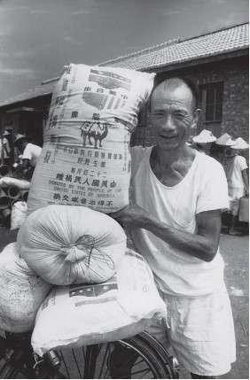 1950 年代美國曾捐贈大批麵粉給臺灣,農民領取美援麵食時充滿著喜悅(取自農委會)