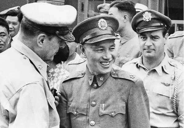 聯合國軍總司令麥克阿瑟(左一)與蔣介石(中)在秘密會談後告別,麥克阿瑟公開表示將考慮在朝鮮戰場上使用台灣軍隊。圖右為麥克阿瑟返回東京專機的飛行員安東尼·斯托利少校(取自網路)