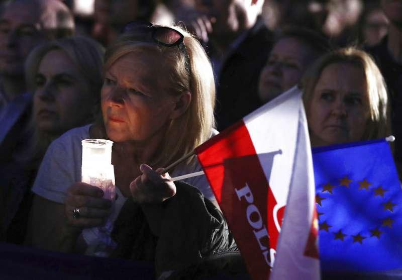 2018年7月3日,波蘭民眾抗議政府推動法官退休法案,箝制司法獨立。(AP)