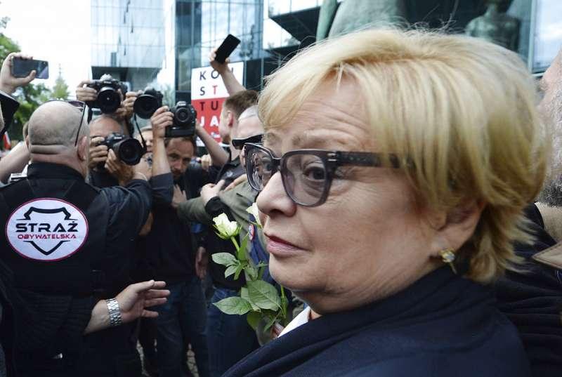 2018年7月4日,波蘭最高法院首席法官格爾斯多芙照常前往最高法院工作。(AP)