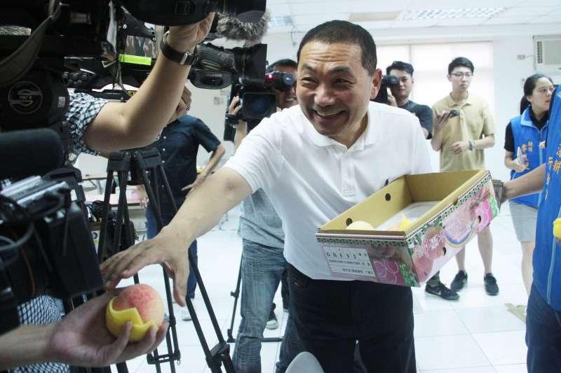 20180704-國民黨新北市長候選人侯友宜將水蜜桃發送給記者。(陳韡誌攝)