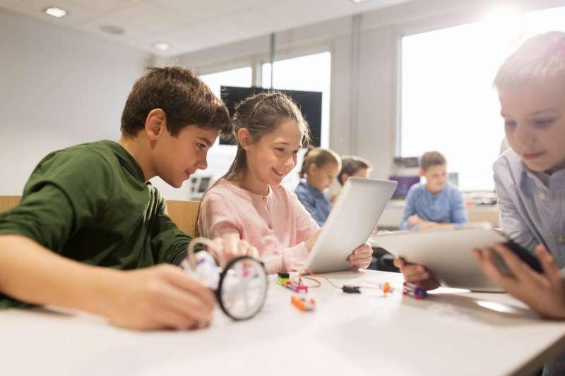 愛沙尼亞在2012年就推出了「虎躍計畫(Proge Tiiger)」,讓小朋也從小學一年級就開始學程式。(圖/ProgeTiiger via Facebook)