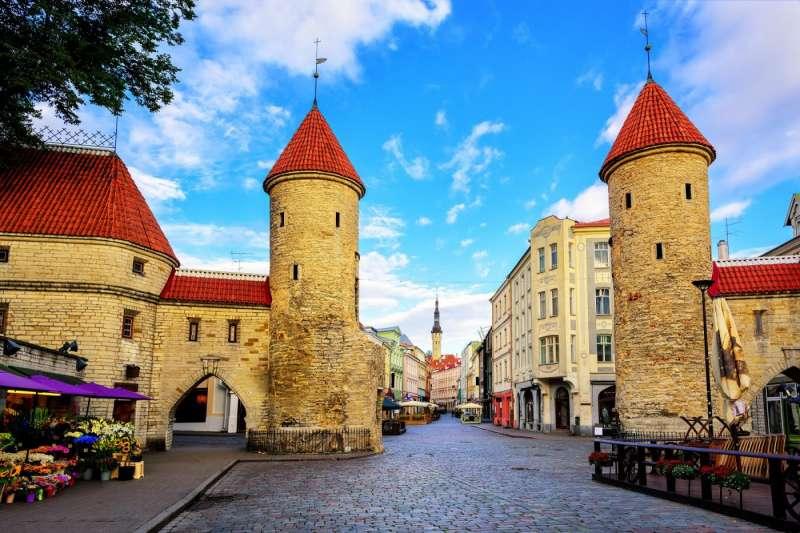 愛沙尼亞的首都塔林的古城區,映入眼簾的是中世紀風格的建築,腳下踩著的是歐洲國家最常見的石板路。(圖/shutterstock)
