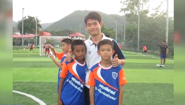泰國清萊府青少年足球隊的教練艾卡波與足球隊員感情很好(截自YouTube)