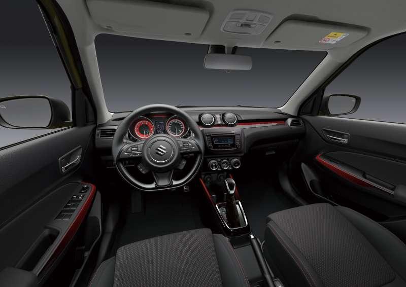 新一代車室設計,以紅黑雙色主題,打造超跑等級的環艙體驗(圖/SUZUKI提供)