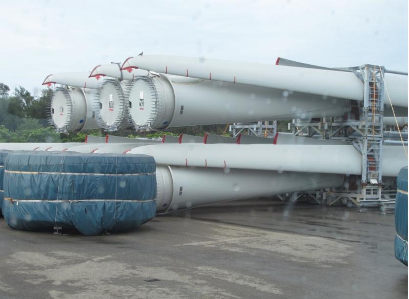 在台中港附近,可以看見風機的葉片存放。(圖/陳映璇攝影,數位時代提供)