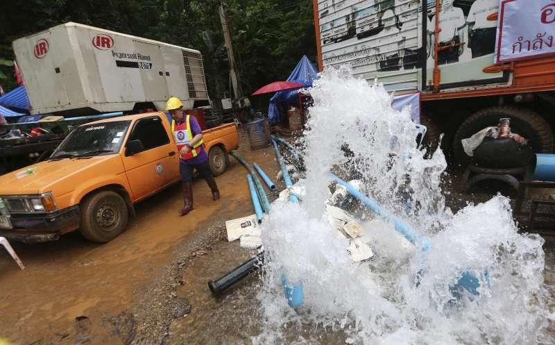 泰國救援隊正全力抽出洞穴中的水,希望讓受困人員盡快離開洞穴。(AP)