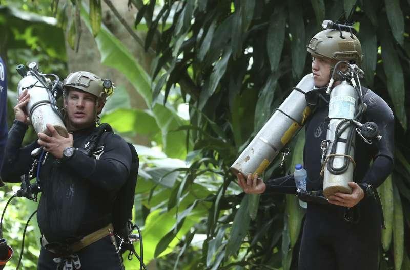 7月5日,國際搜救人員準備進入泰國青少年足球隊受困的洞穴(AP)