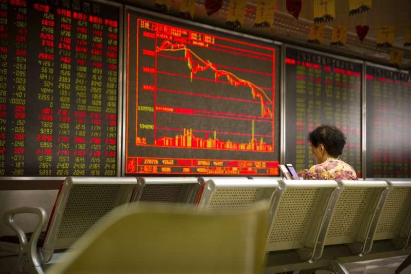 2018年7月6日,中美貿易戰爆發,兩國互課關稅,投資人在北京證交所。(AP)