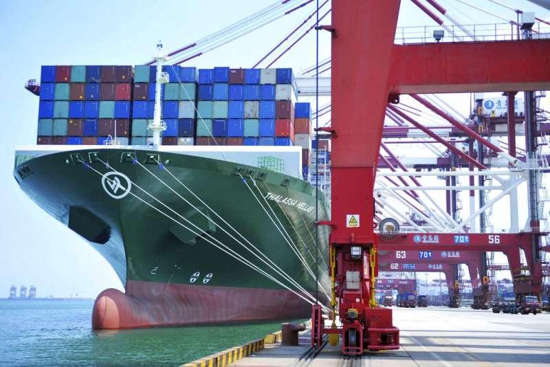 中美貿易戰爆發,圖為中國青島的貨櫃港。(AP)