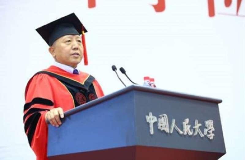 中國人民大學副校長吳曉求在畢業典禮講話,要學生堅守人生的底線莫當鑽營的告密者。