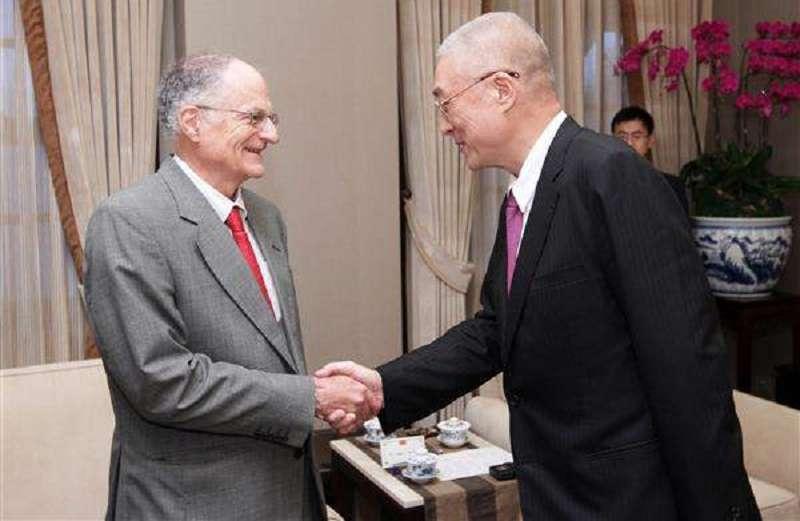 2012年,時任副總統的吳敦義在總統府會見2011年的諾貝爾經濟學獎得主沙金特。(總統府官網)