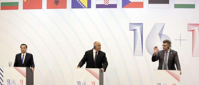 中國國務院總理李克強(左)、保加利亞總理波瑞索夫(中)和克羅埃西亞總理普蘭科維奇(右)在「16+1」峰會上發表演說。(美聯社)