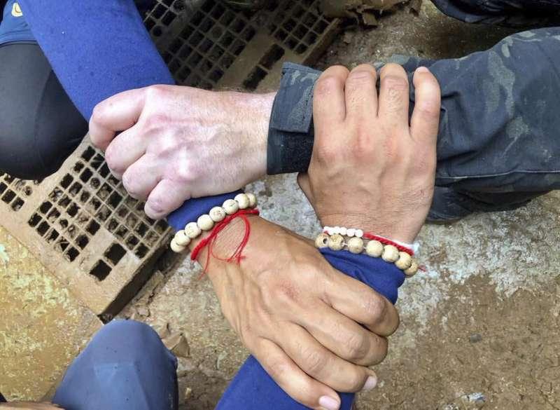 2018年6月23日,泰國北部清萊府12位青少年足球隊員與1位教練受困地下洞穴,救援行動7月8日正式開始,全國同胞為受困者集氣(AP)