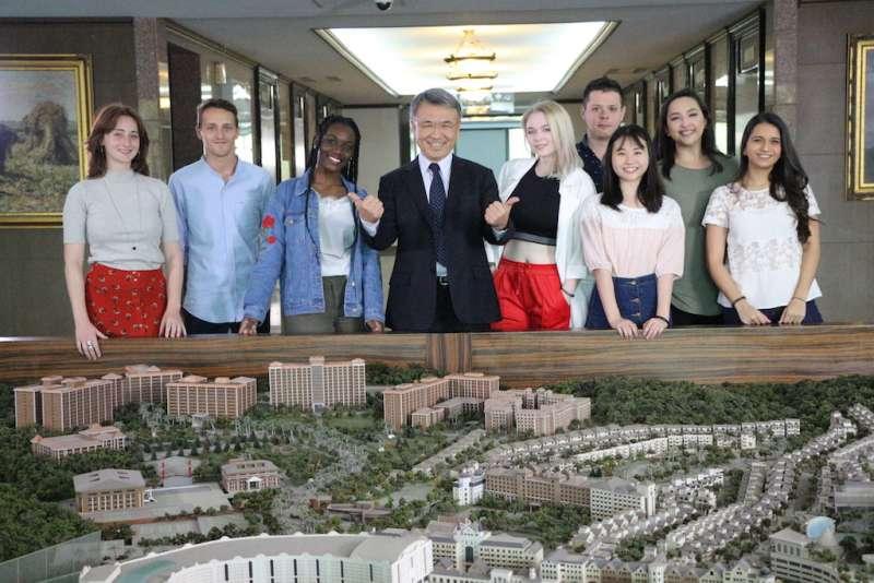 義大陳振遠校長(中)與外籍生互動親切,校園氣氛活潑。(圖/義守大學提供)