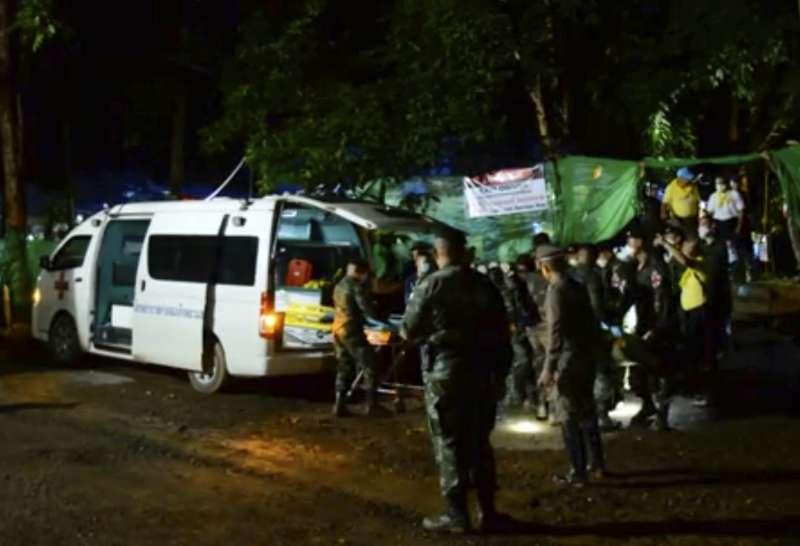 2018年7月8日,泰國北部清萊府,救援12位青少年足球隊員與1位教練受困地下洞穴的行動,晚間第一批受困者重見天日(AP)