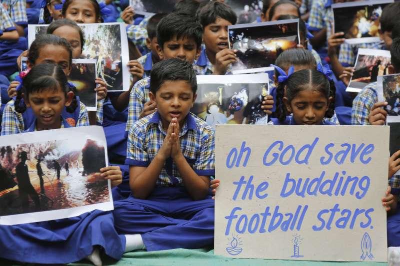 泰國北部清萊府12位青少年足球隊員與1位教練受困地下洞穴,救援行動受到全球矚目,印度學生也為他們祈禱(AP)