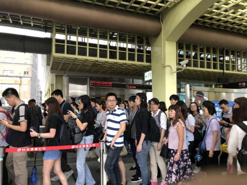 20180710_北北基等地下午4時起停班停課,台北捷運多站人潮擠爆。圖為西湖站下班人潮。(呂紹煒攝)