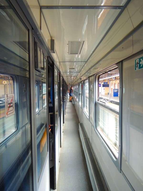 TLK車廂隔室外的狹長走道,因為很窄,所以僅供兩人擦肩而過。(圖/陳力綺攝影|想想論壇提供)