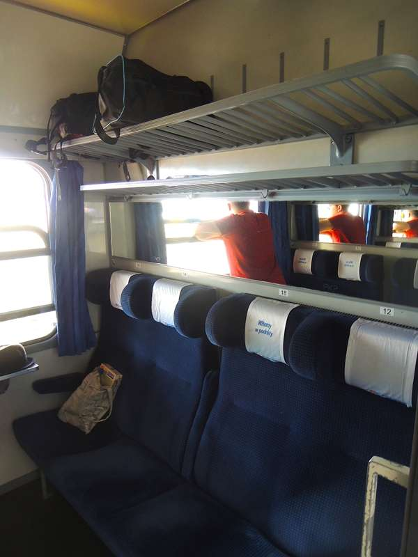 TLK的車廂都有八人車廂隔室,以前購票時不會劃位,再加上乘客非常多,所以晚上車的乘客通常都找不到位子坐,只能在走道上站著。自2013年3月19日起,購買TLK車票時,車票上開始會註明座位號碼。(圖/陳力綺攝影|想想論壇提供)