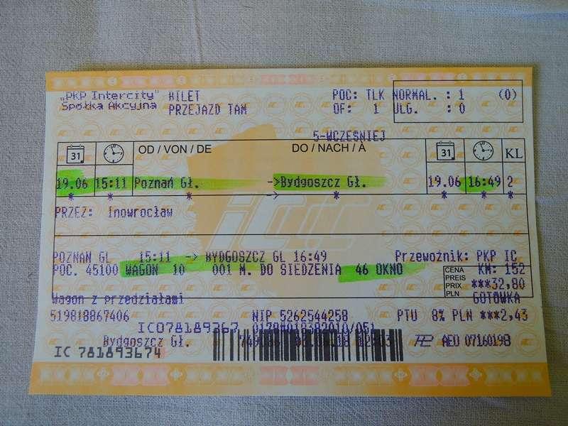 波蘭的火車票,如果是橫跨城市的長途火車,票上面會有車廂跟座位號碼,區域性快車(Przewozy Regionalne)則無。在波蘭,售票員在賣票的時候會一邊用螢光筆註明各項重要資訊,一邊用波蘭文跟乘客做確認。(圖/陳力綺攝影|想想論壇提供)