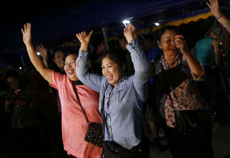 泰國北部清萊府的青少年足球隊12名隊員及其教練艾卡波10日全數獲救,泰國人聽聞消息後,歡喜激動不已(美聯社)