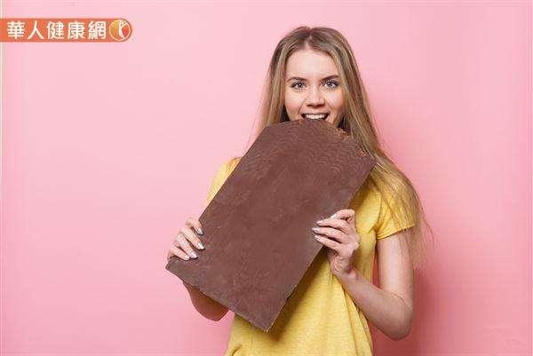 巧克力含有豐富的膳食纖維,卻也有大量的脂肪,不宜常常攝取,且攝取盡量以純黑巧克力為主。(圖/華人健康網)