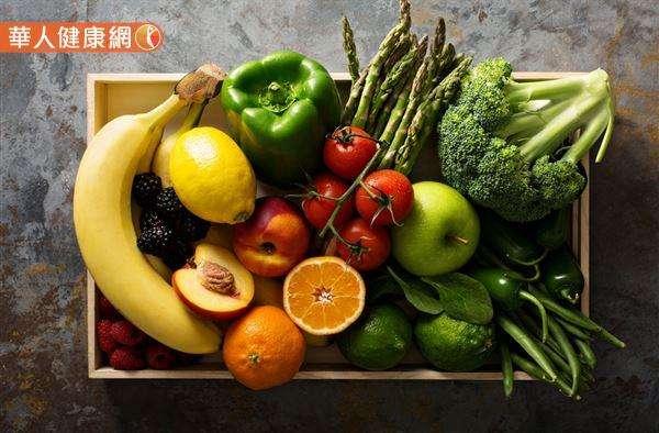 相較於巧克力,藉由蔬菜水果來補充膳食纖維,是遠離便祕和大腸癌的更好辦法!(圖/華人健康網)