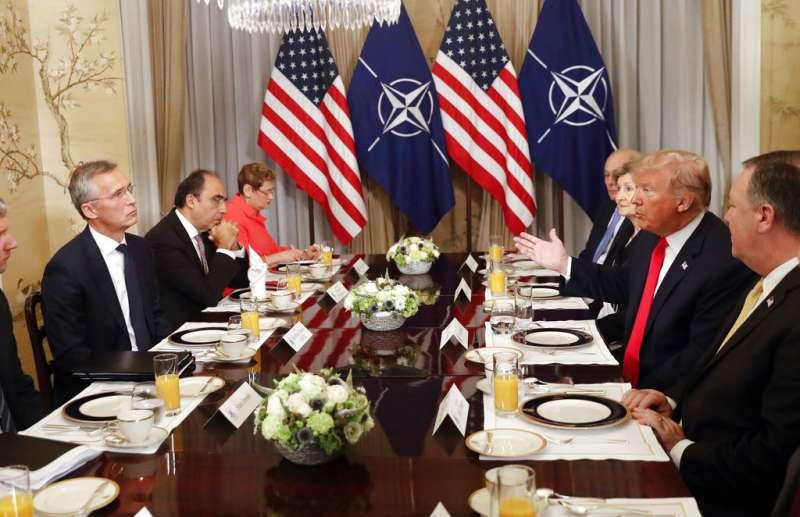 2018年7月11日,美國總統川普與北約秘書長史托騰柏格(Jens Stoltenberg)舉行早餐會。(AP)