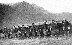 接獲「大正天皇駕崩」消息時,演練抬棺的八瀨童子(村民)。(圖片來源:日文維基百科)