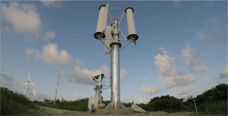 與周遭的傳統風力發電機相比,即便遭遇強力颱風,這台風力發電機依舊能在狂風暴雨中安穩發電。(圖/翻攝自 EMIRA,智慧機器人網提供)