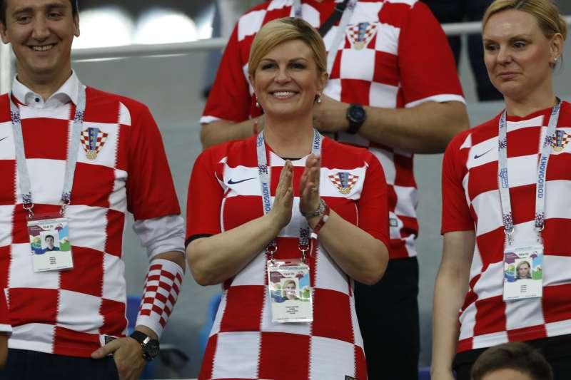 克羅埃西亞總統格拉巴爾─基塔羅維奇(Kolinda Grabar-Kitarović,中)遠赴俄羅斯世界盃賽場為國家隊加油(AP)