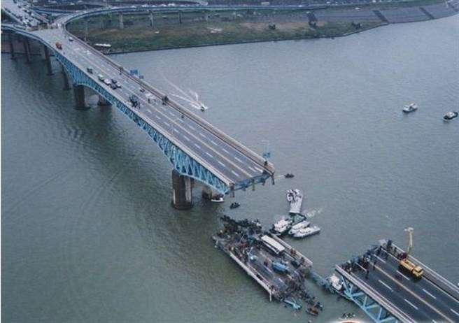 聖水大橋掉落的橋段(圖/@搜狐)