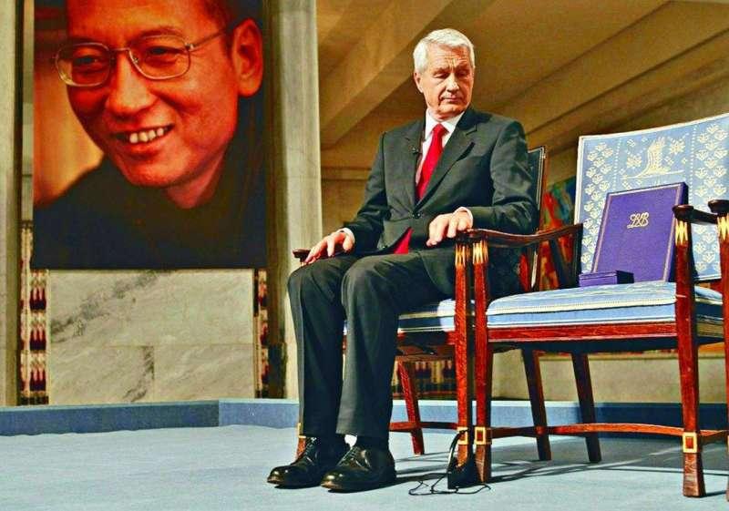 劉曉波2010年獲得諾貝爾和平獎時因為被關在牢中、無法到場,典禮上只能放一張空椅子。(美聯社)