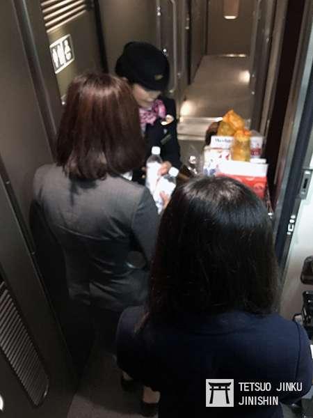 因颱風來襲而導致停電的新幹線列車,在補給完防災備品後,正在列車上發送保存水及防災罐裝麵包。(圖/作者|想想論壇)