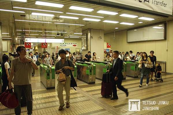 筆者曾遇過因河川水位爆滿,導致列車延誤,當時JR的處置除了在安全範圍內,讓列車以最高速行駛至接駁車站,並且將接駁的新幹線延後十分鐘發車。當列車到站後開啟所有的驗票閘門與公務門,讓旅客們能迅速移動至新幹線列車。(圖/作者|想想論壇)