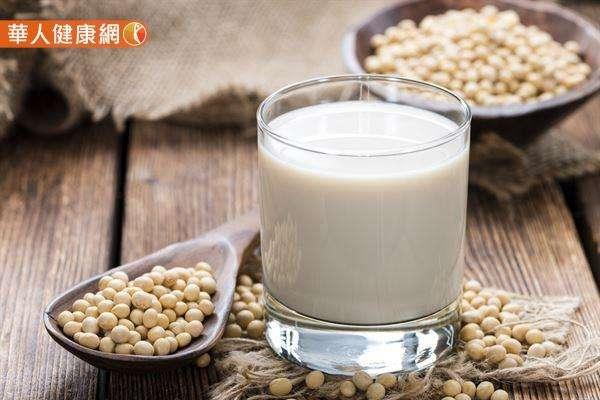豆漿是由黃豆製成,黃豆中的大豆蛋白及大豆異黃酮素,對於降低膽固醇都有其特殊功效。 3.豆漿:(圖/華人健康網)