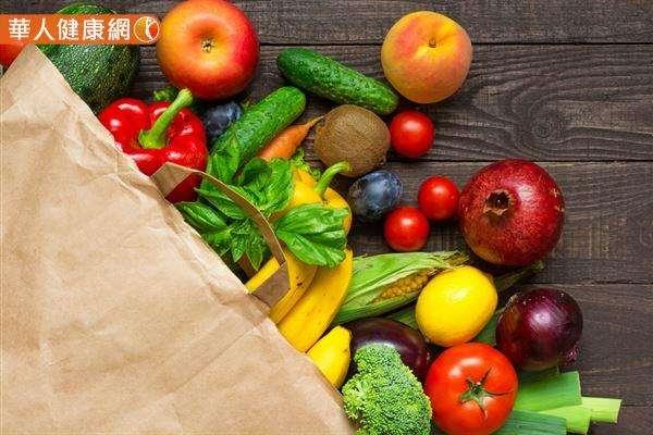 新鮮蔬果富含維生素C,可以提升身體抗氧化能力,也能參與神經傳導物血清素的合成,進而避免憂鬱情緒。(圖/華人健康網)