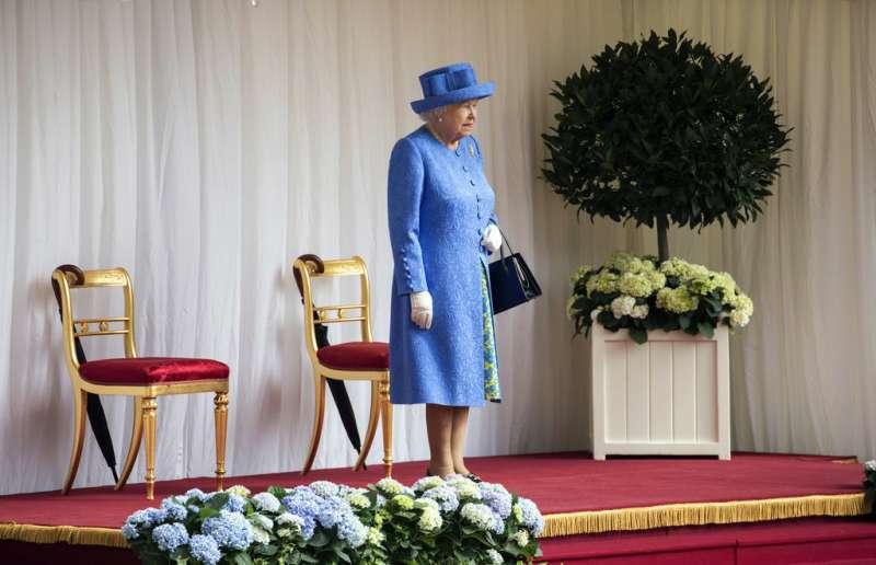 2018年7月13日,英國女王接見川普,但川普卻遲到,讓女王乾等10來分鐘。(AP)