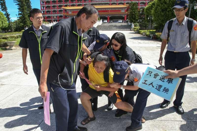 20180715-「民主進步黨改革政績一定營」,在台北圓山飯店舉行,維安佈下層層警力,有一名自稱是退休教師「突襲」,抗議政府年金改革,被員警帶離。(陳明仁攝)