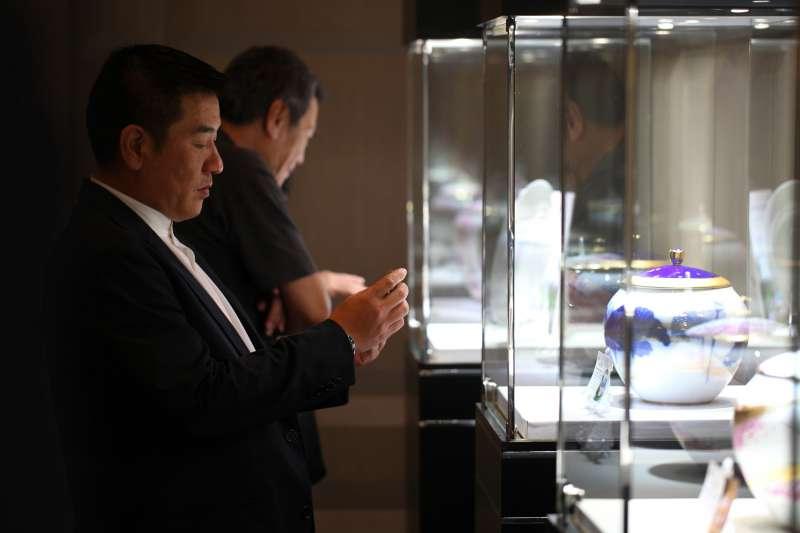 現場展示大倉陶園作品,吸引民眾仔細觀賞拍照。(圖/龍巖提供)