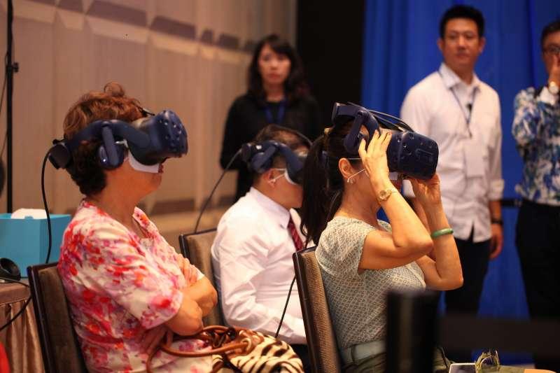 現場體驗民眾驚呼VR呈現實景,氣派寬敞又好玩。(圖/龍巖提供)